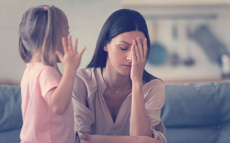Mamá molesta con su hija