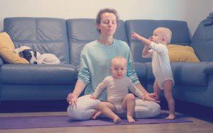 Mamá meditando junto a sus hijos gemelos
