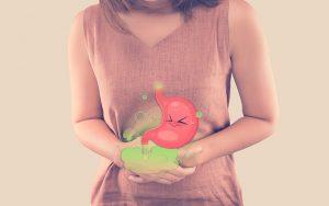 mujer que sufre de la enfermedad inflamatoria intestinal