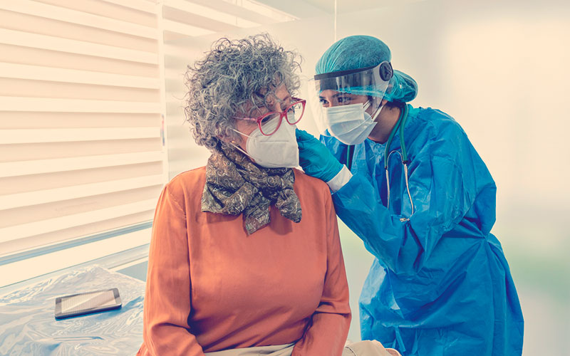 Médica revisando a una señora