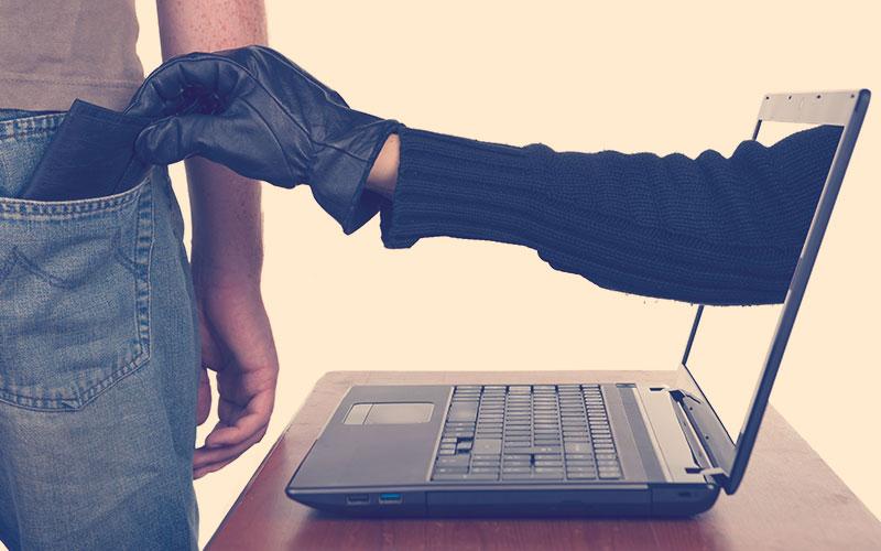 Ciberdelicuente robando la cuenta de un usuario
