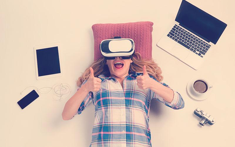 Mujer utilizando gadgets tecnológicos