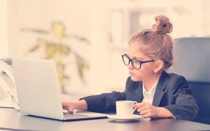 niña emprendedora en un escritorio
