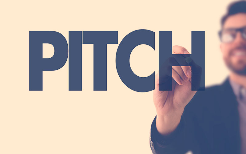 hombre señala la palabra pitch