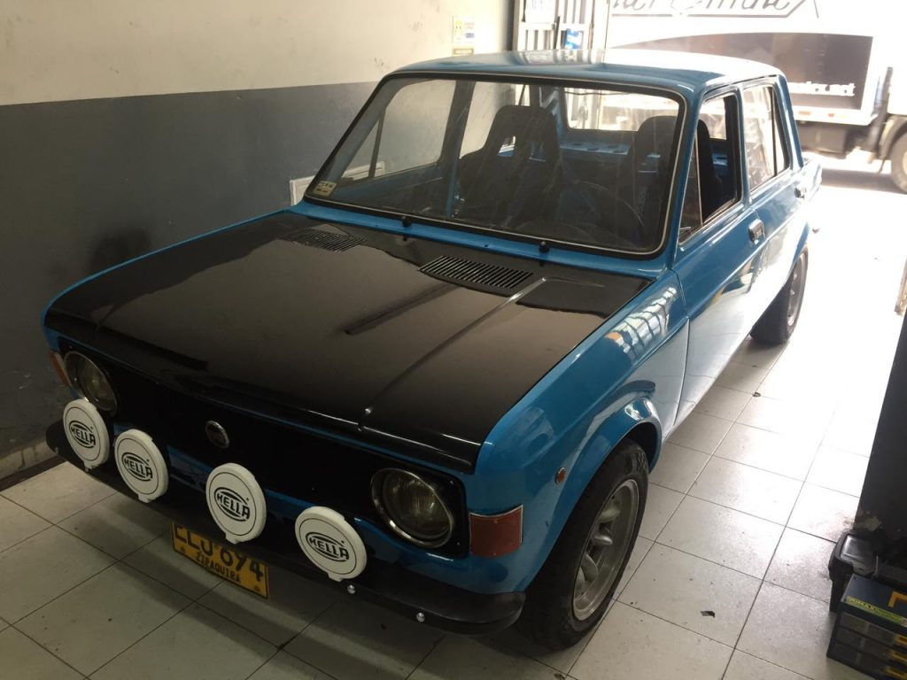 Carro clásico fiat 128 reparado por Pedro Ospina