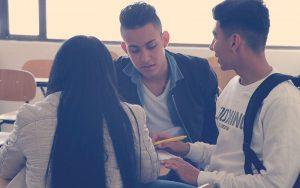 jóvenes buscando una nueva oportunidad de empleo
