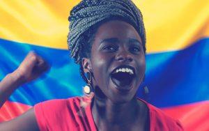 Mujer colombiana alegre