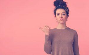 mujer-haciendo-mal-gesto