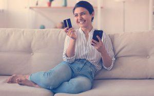 Mujer usa teléfono para realizar pagos seguros en línea en una aplicación digital
