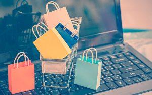 Computador que muestra paquetes de compra online
