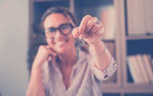 Mujer hace entrega de llaves para una vivienda propia