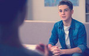 adolescente asistiendo a terapia psicológica