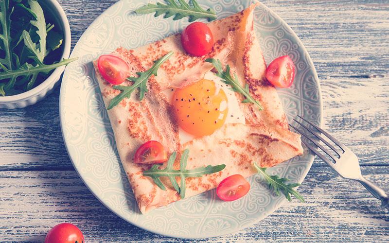 galette de queso con huevos y tomates cherrys