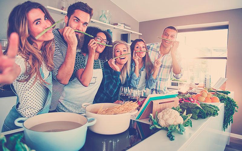 amigos cocinando recetas de amor y amistad