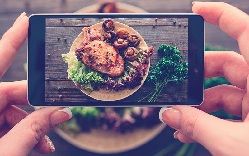 Fotografía de comida de cerdo al horno con verduras frescas