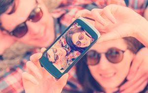 grupo de amigos tomándose una selfie para amor y amistad