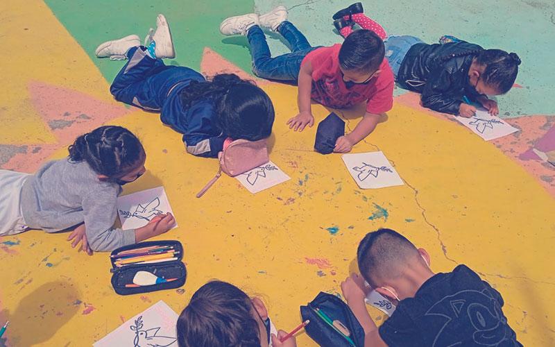 Niños realizando actividades en la Semana por la Paz