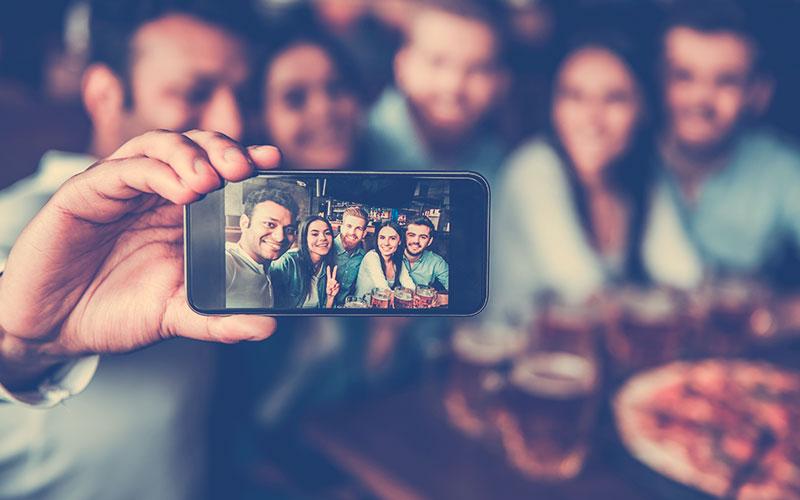 grupo de amigos tomándose una selfie