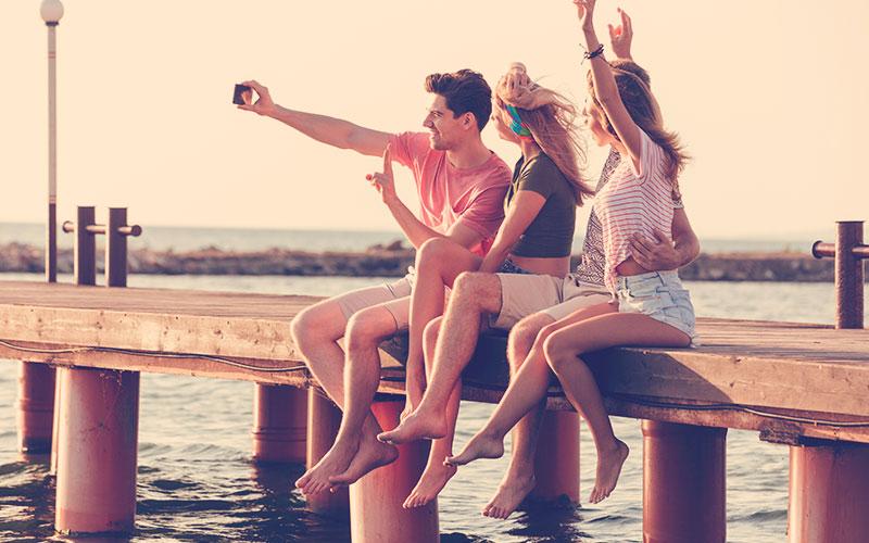 plata haciéndose una selfie