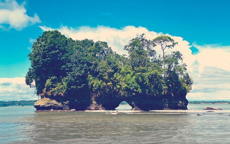 Hermosos acantilados en Buenaventura Ladrilleros y acantilados de Juanchaco en la costa pacífica de Colombia.