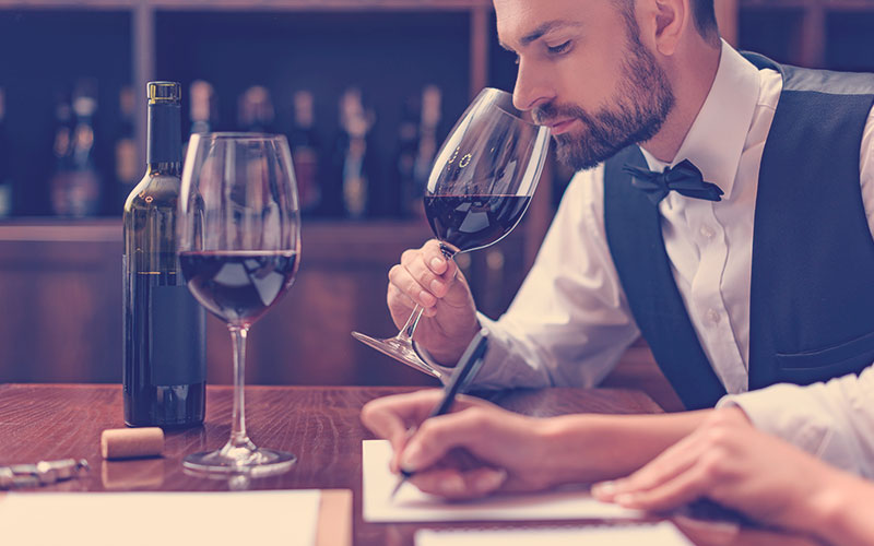 hombre catando un vino