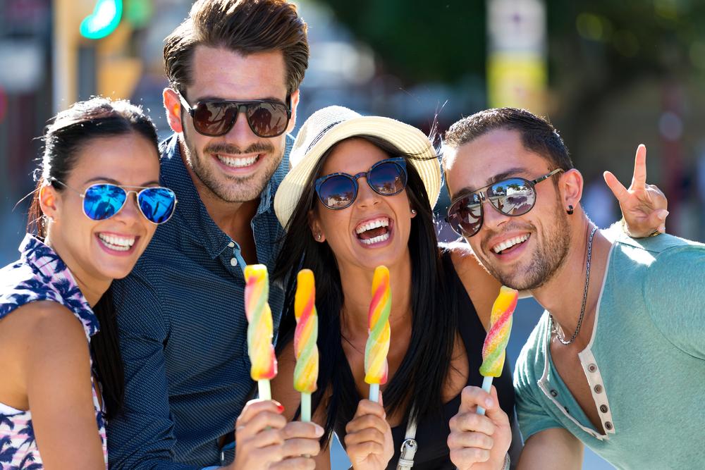 grupo de amigos comiendo helado