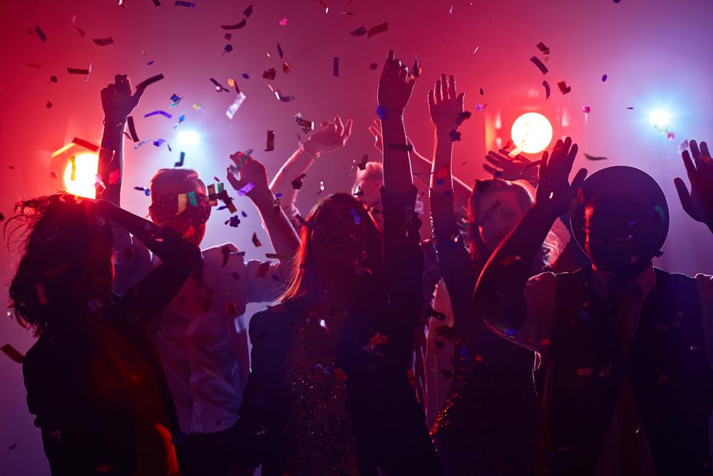 Jóvenes bailando en discoteca
