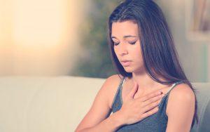 mujer sufriendo de taquicardia