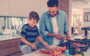 padre e hijo preparando recetas saludables